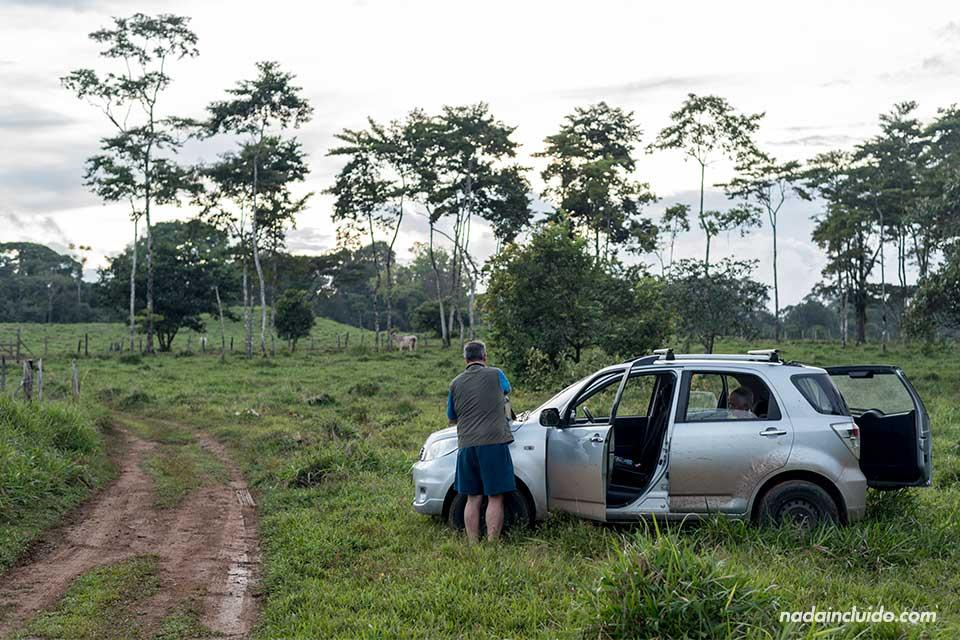 Entrando en coche a la cascada Naguala, Drake (Costa Rica)