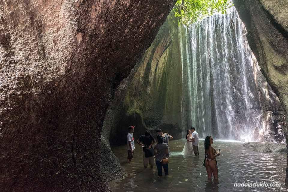 Turistas en la cascada Tukad Cepung (Bali, Indonesia)