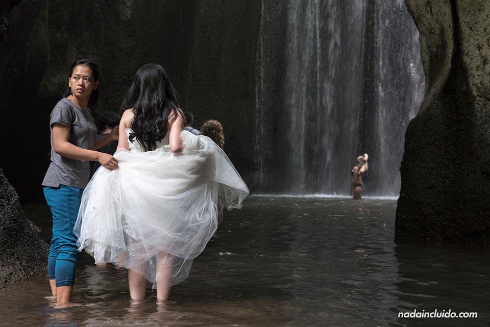 Novia en la cascada Tukad Cepung (Bali, Indonesia)