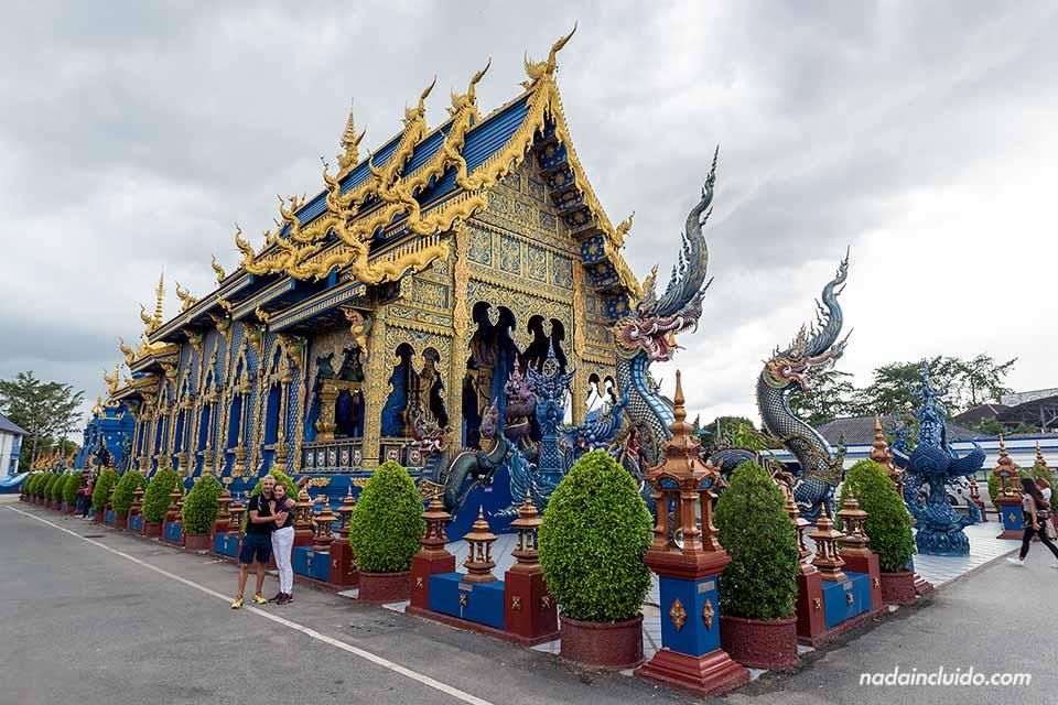 Fachada del Wat Rong Suea Ten, el templo azul de Chiang Rai (Tailandia)