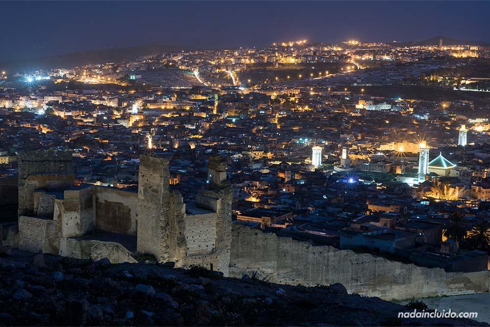 Vistas de Fez por la noche desde el mirador Les Merinides (Marruecos)