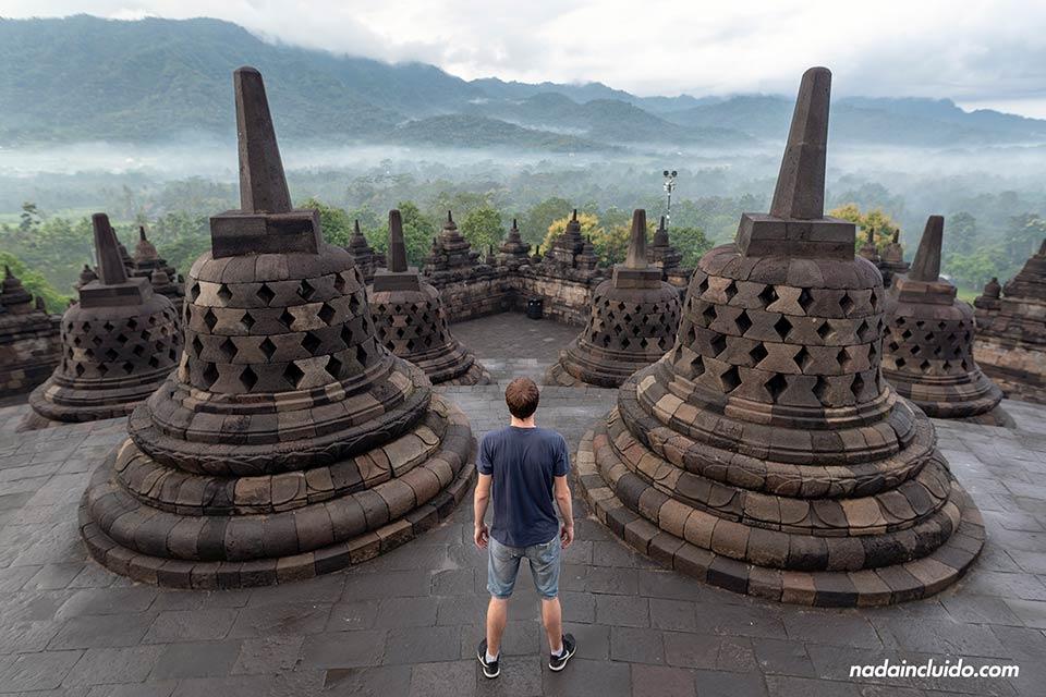 En el templo Borobudur de Java (Indonesia)