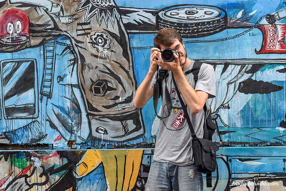 Haciendo fotos de grafitis en las calles de Yogyakarta (Java, Indonesia)