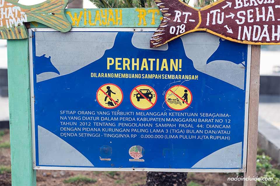 Un cartel prohibe tirar basura en Labuan Bajo, en la isla de Flores de Indonesia