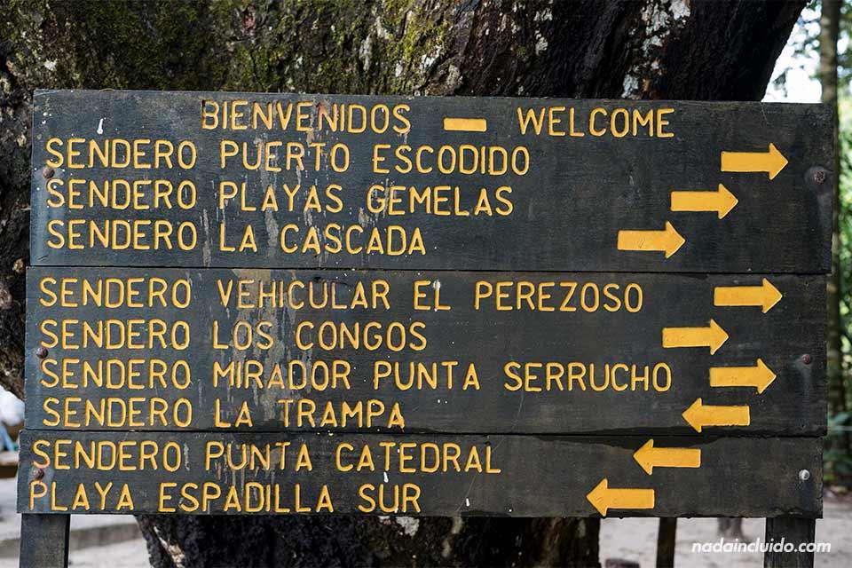 Cartel de los senderos del parque Nacional de Manuel Antonio (Costa Rica)