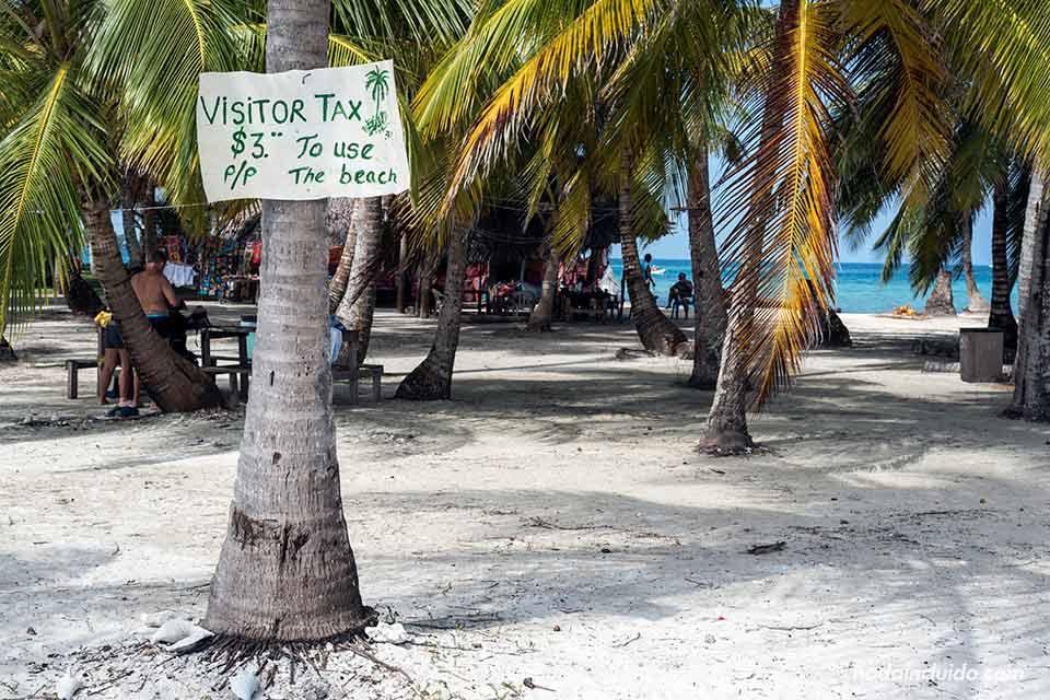 Cartel con la tarifas de pago para visitar la isla Perro Grande, en el archipiélago de San Blas (Panamá)
