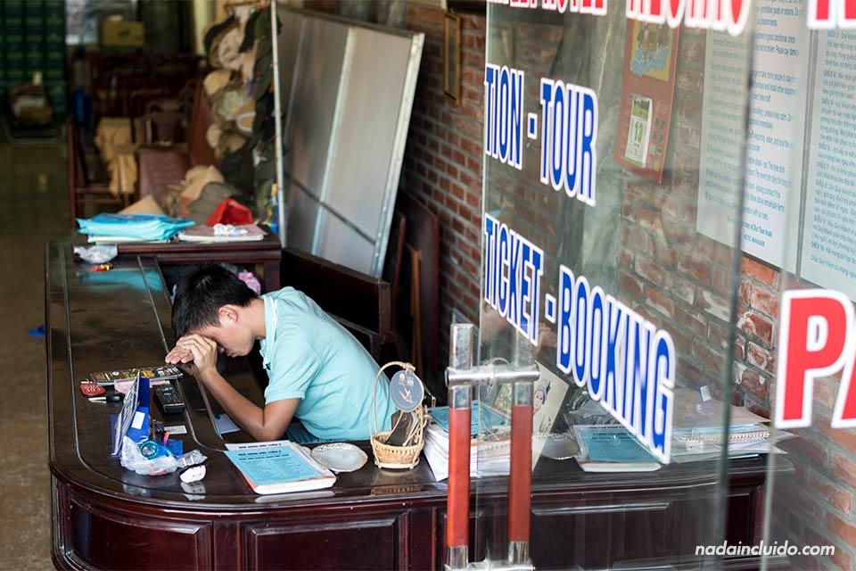 Vietnamita duerme en la recepción de una oficina de turismo en Tam Coc, Ninh Binh (Vietnam)
