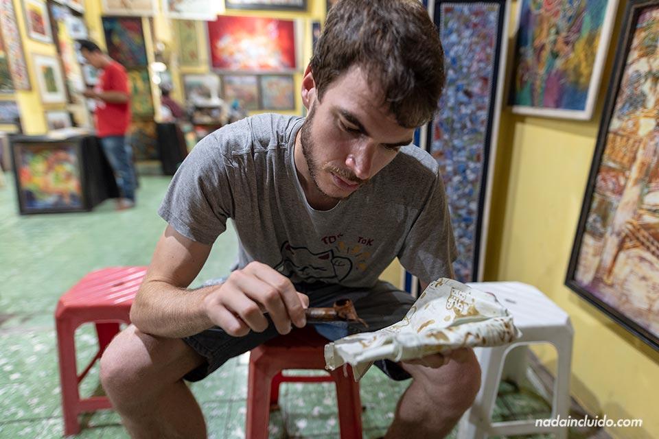 Practicando Batik en Yogyakarta (Java, Indonesia)