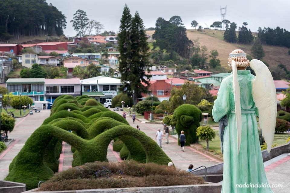 Estatua de San Rafael sobre los jardines de Zarcero (Costa Rica)