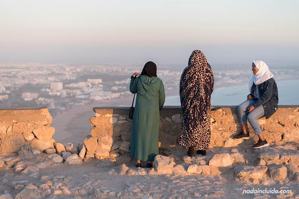 Marroquíes en la antigua Kasbah de Agadir (Marruecos)