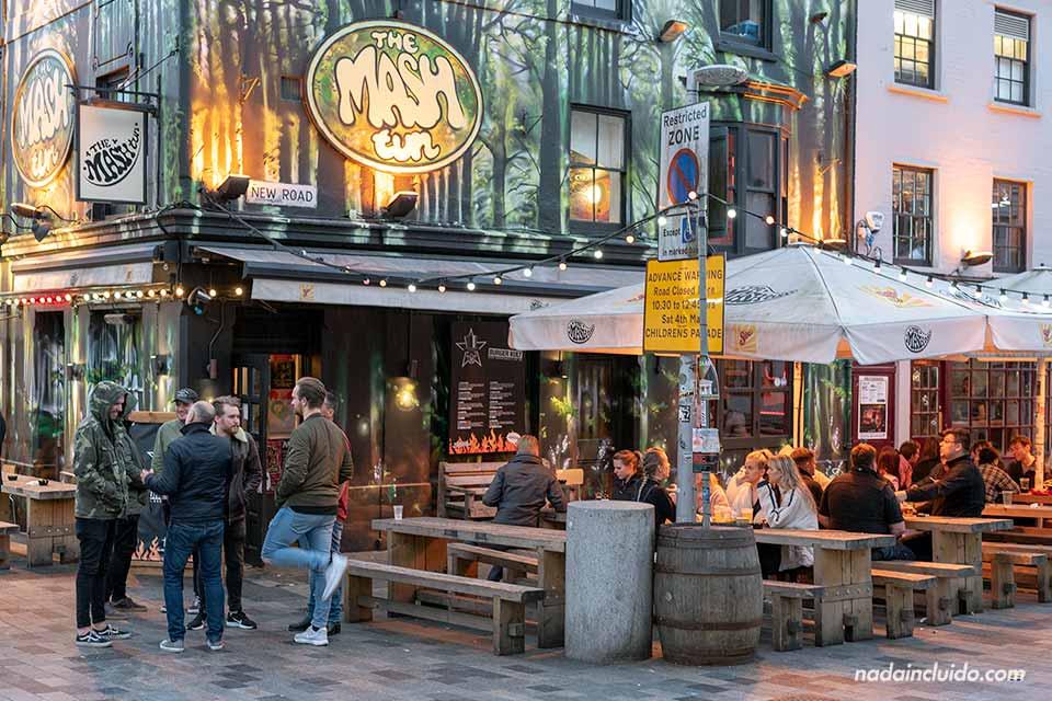 Terraza del Pub The Mash en Brighton (Inglaterra)
