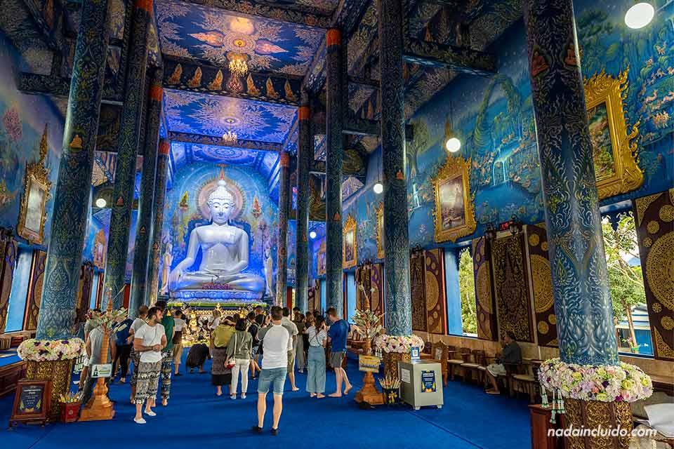 Interior del Wat Rong Suea Ten, el templo azul de Chiang Rai (Tailandia)