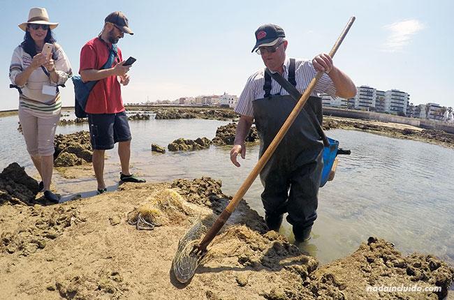 Pescando en los corrales de Chipiona (Cádiz)