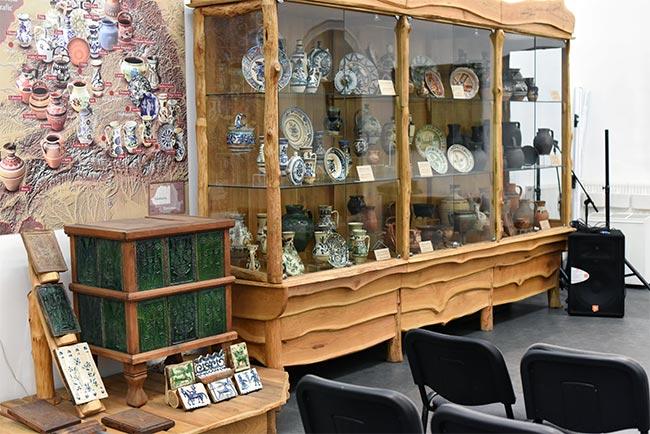 Exposición de vajilla en el Museo Etnográfico de Cluj-Napoca (Rumanía)