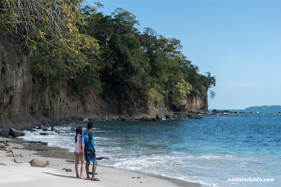 Turistas en isla Gámez, parque nacional golfo de Chiriquí (Panamá)