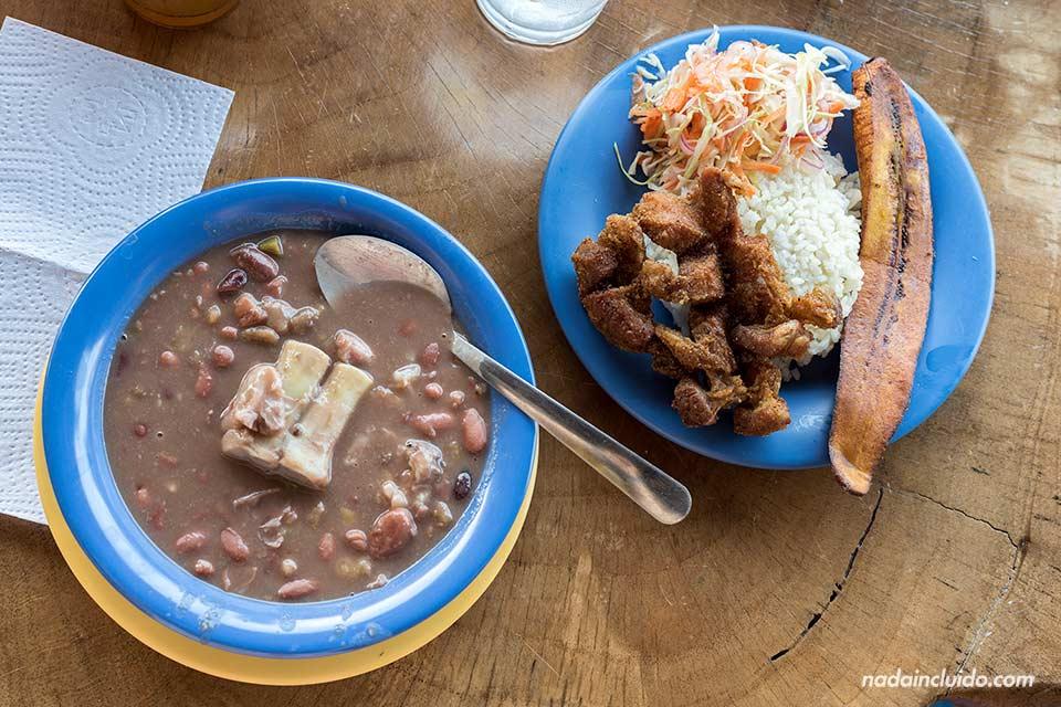 Comiendo frijoles y chicharrones con arroz en una soda colombiana en Jacó (Costa Rica)