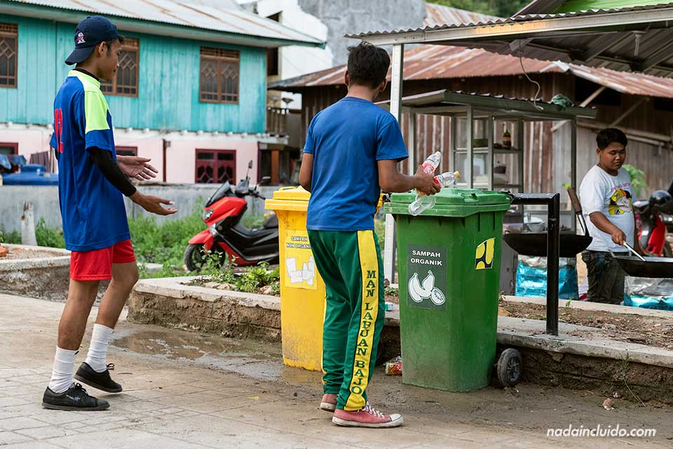 Dos chicos reciclando botellas en Labuan Bajo, isla de Flores (Indonesia)