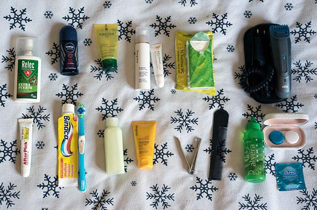 Contenido del neceser de una mochila de viaje