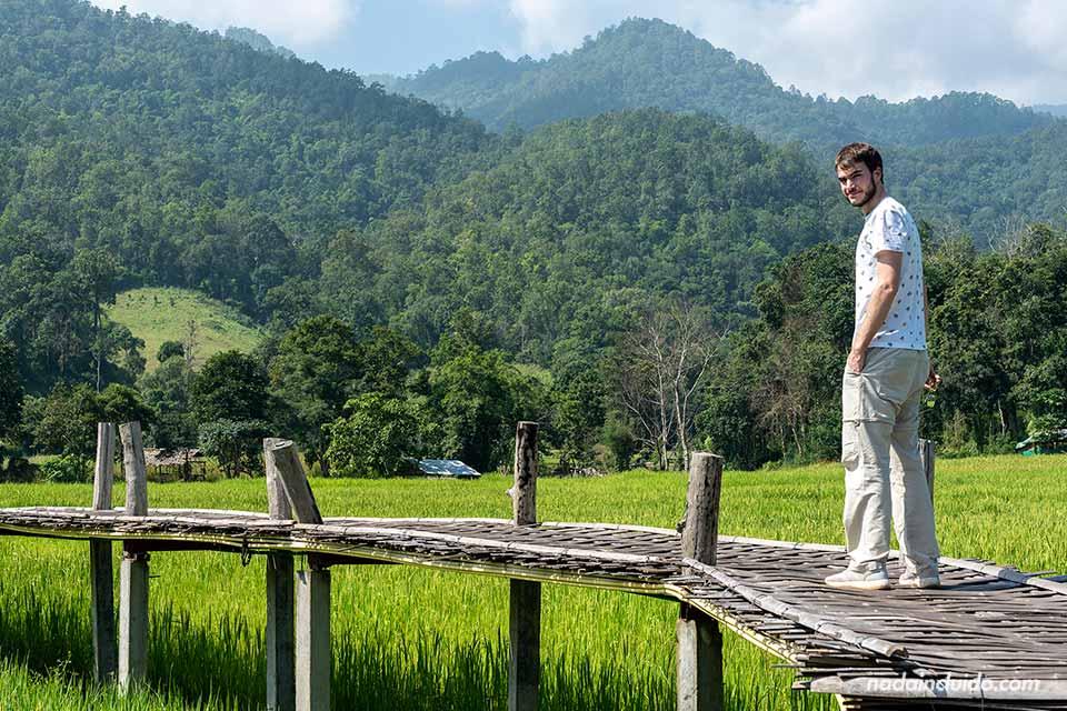 Caminado por un puente de bambú en Pai (Tailandia)
