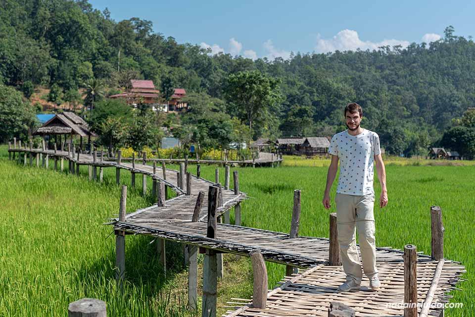 Recorriendo el puente de bambú cerca de Pai (Mae Hong Son, Tailandia)