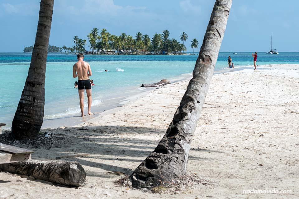 Turistas pasean por Isla Perro Grande, en el archipiélago de San Blas (Panamá)