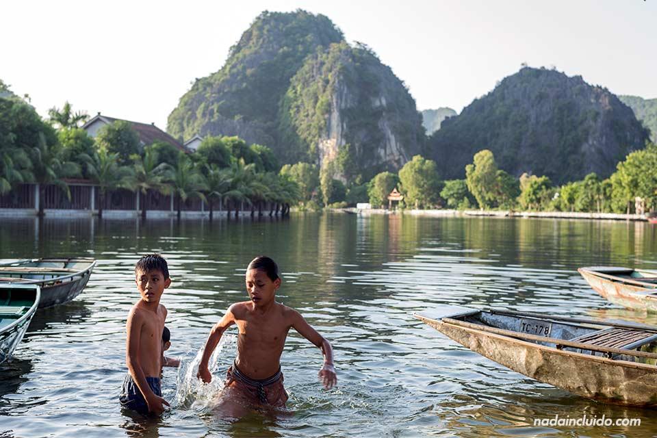 Niños vietnamitas se bañan en Tam Coc, Ninh Binh (Vietnam)