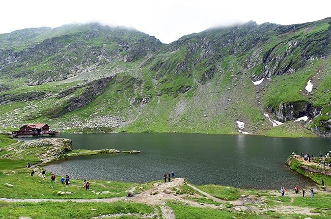 Lago Balea en lo alto de la carretera Transfagarasan (Rumanía)