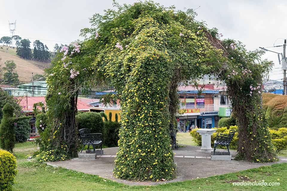Altar de flores en el jardín de Zarcero (Costa Rica)