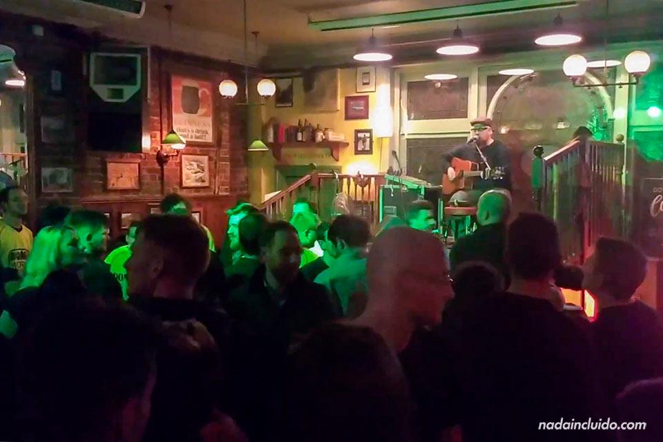 Música en directo en un pub de Brighton (Inglaterra)
