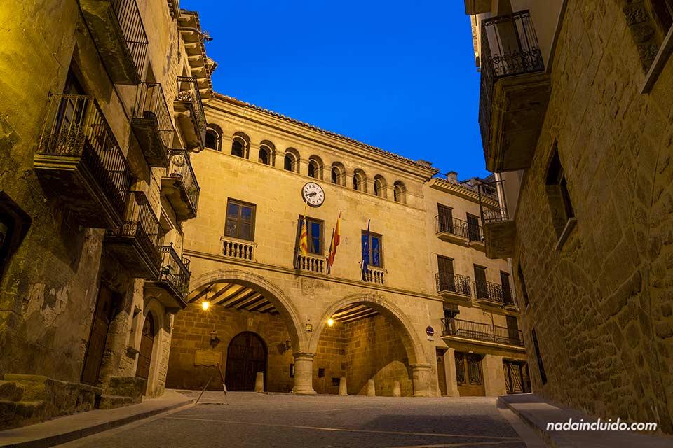 Ayuntamiento en la plaza de España de Calaceite, foto nocturna (Matarraña, Aragón)