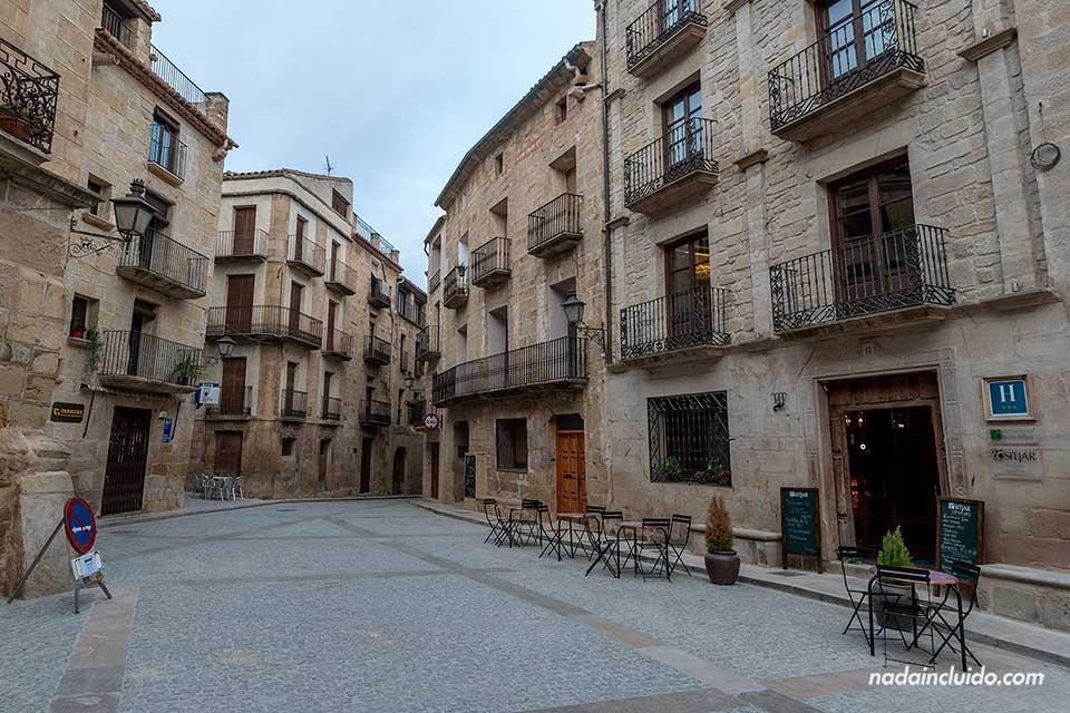 Fachada del hotel Sitjar en la plaza de España de Calaceite (Matarraña, Aragón)