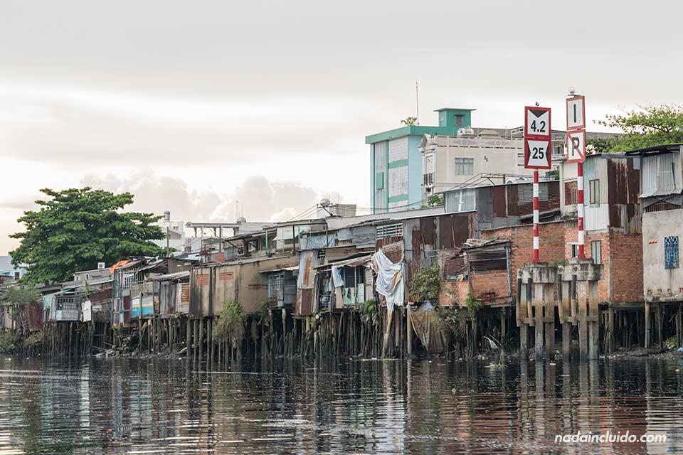Vista de un barrio pobre de Ho Chi Minh desde el Río Saigon (Vietnam)