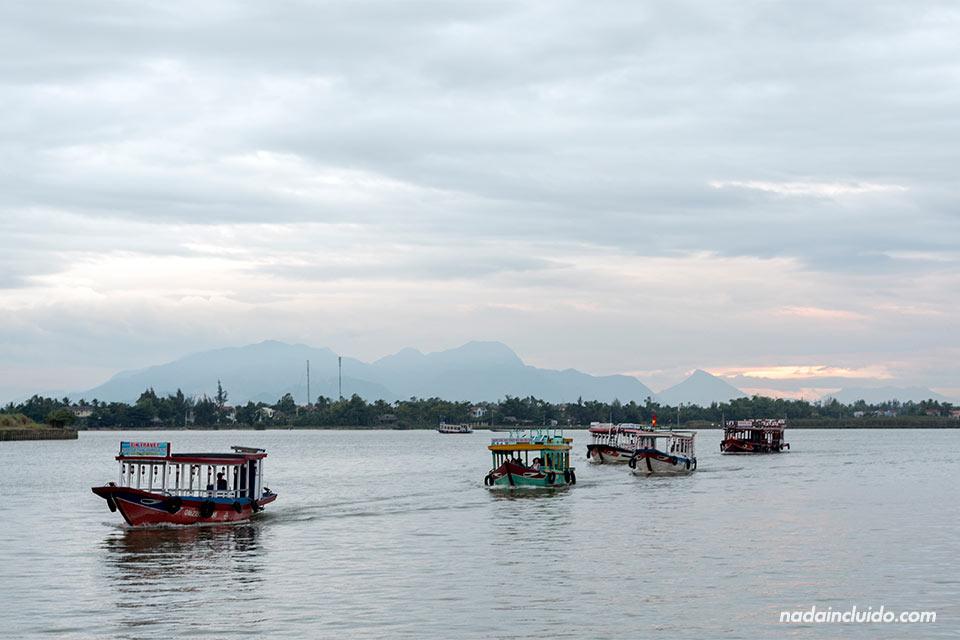 Barcos en el río Thu Bon, Hoi An (Vietnam)
