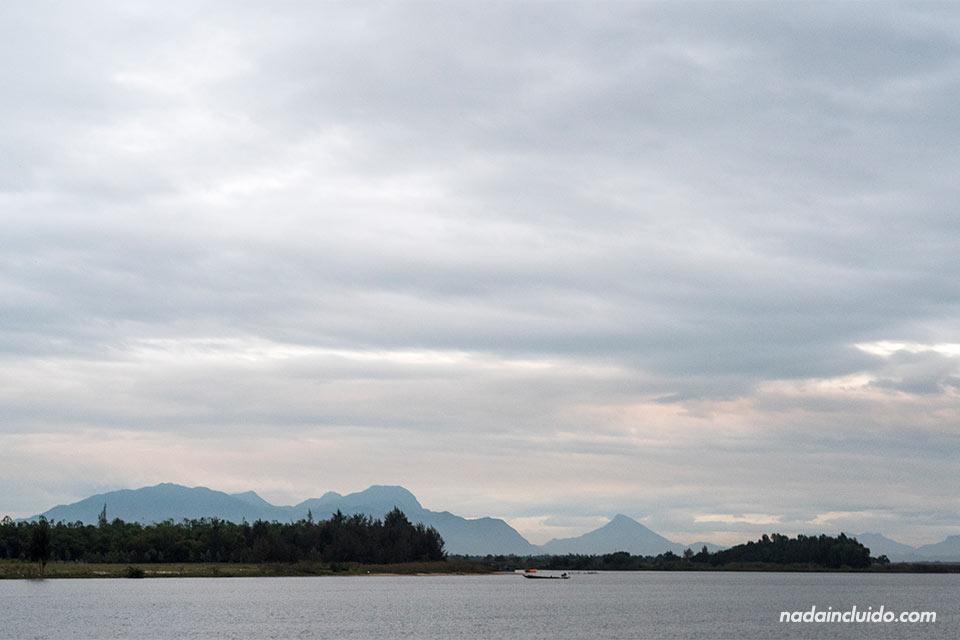 Paisaje del río Thu Bon en su paso junto a la ciudad de Hoi An (Vietnam)