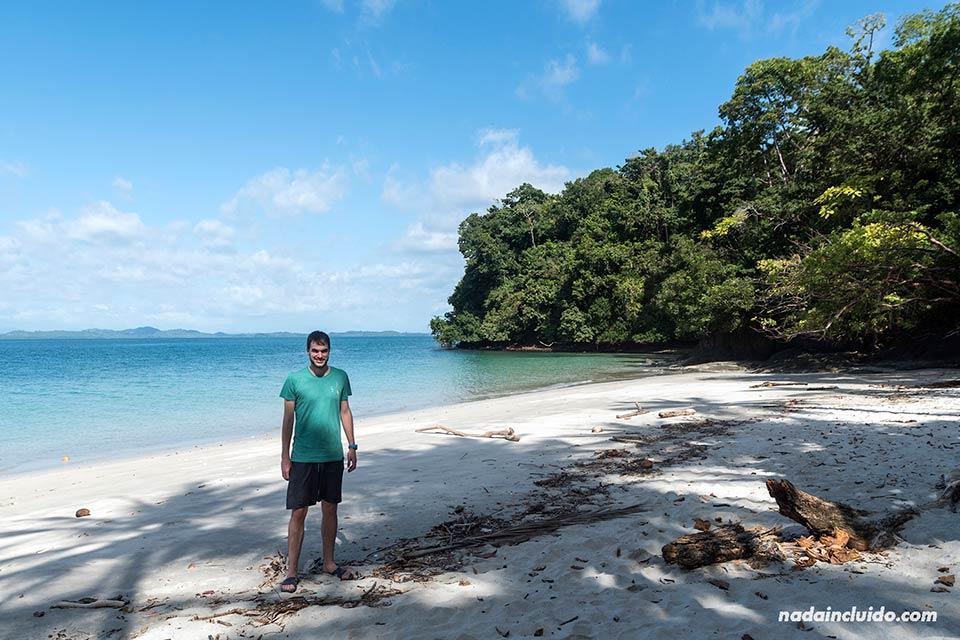 En la playa de isla Gámez, parque nacional marino golfo de Chiriquí (Panamá)