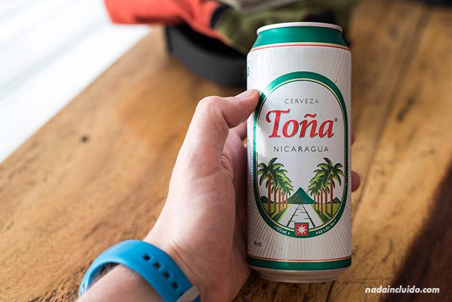 Tomándome una cerveza Toña en León (Nicaragua)