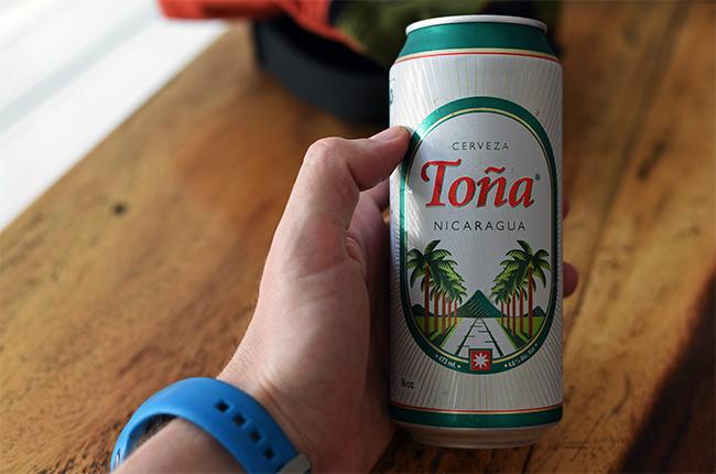 Bebiendo una cerveza Toña en León (Nicaragua)
