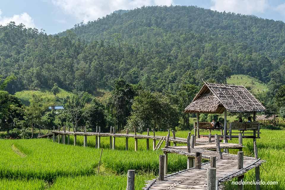 Caseta en el puente de bambú cerca de Pai (Mae Hong Son, Tailandia)