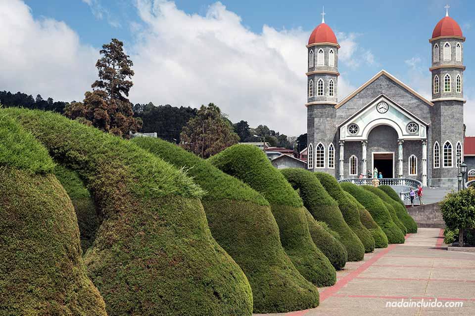 Iglesia de San Rafael junto a los jardines de Zarcero (Costa Rica)