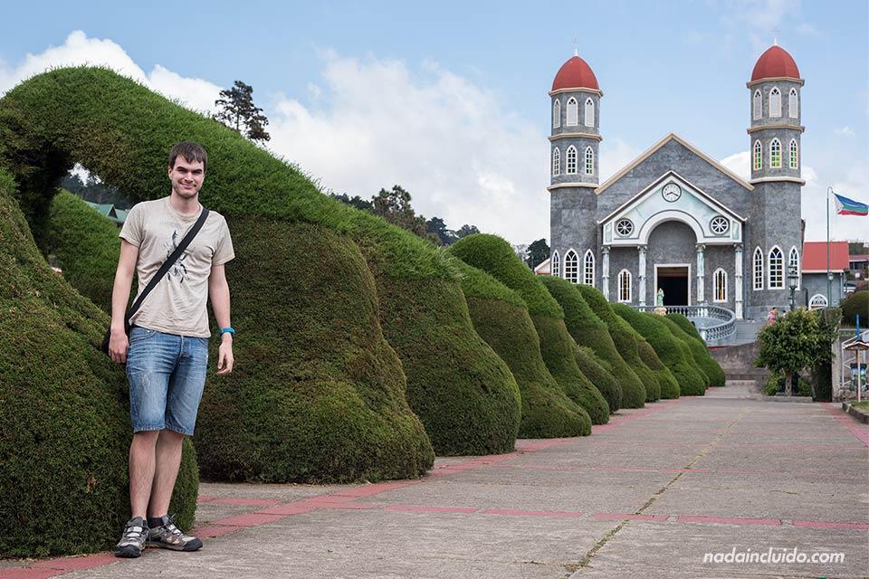 En la iglesia de San Rafael en Zarcero (Costa Rica)