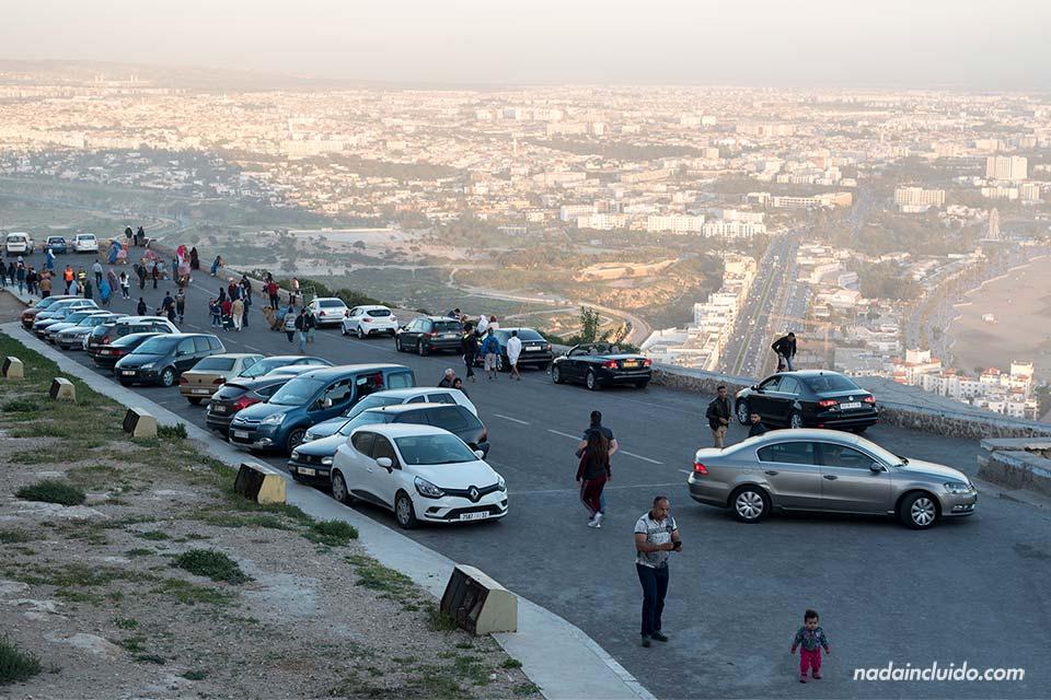 Coches aparcados en la Antigua Kasbah de Agadir (Marruecos)