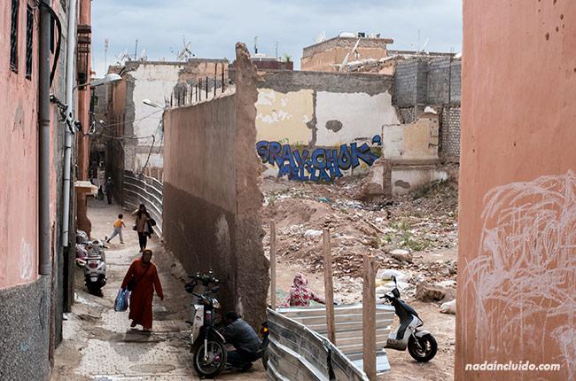 Calle en mal estado en el barrio judío de Marrakech (Marruecos)