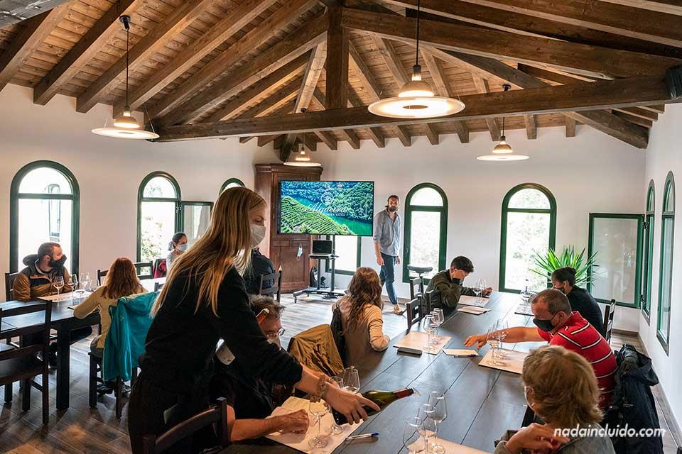 Sala de catas en la bodega Algueira de Ribeira Sacra (Galicia)
