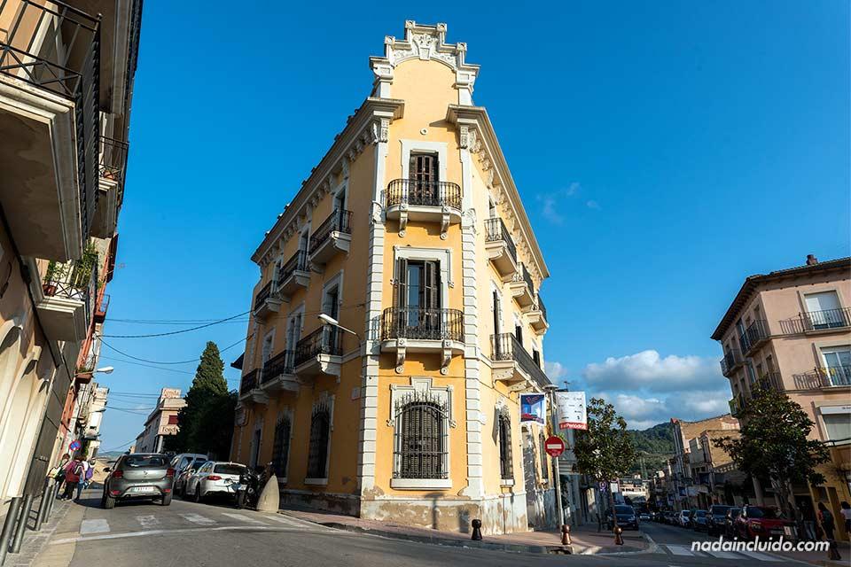 Calle de la Diputación en Sant Sadurní d'Anoia, la capital del cava (DO Penedés)