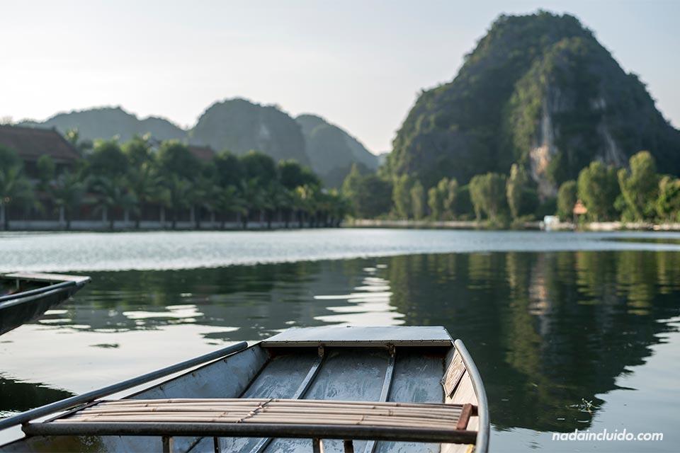 Barca recorriendo Tam Coc, en Ninh Binh (Vietnam)