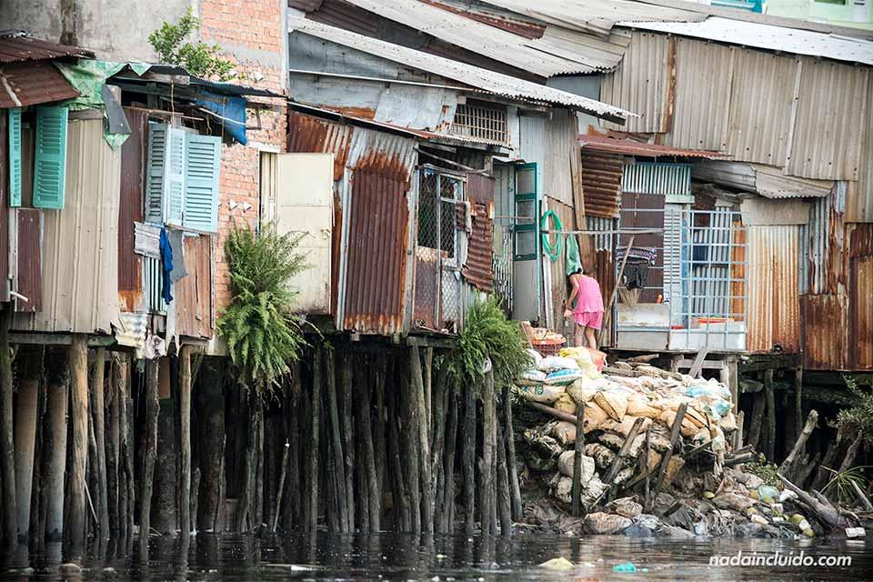 Vista desde el río Saigón del distrito 8, uno de los barrios más pobres de Ho Chi Minh (Vietnam)