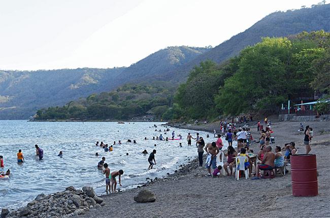 Nicaragüenses bañándose en la playa de la Laguna de Apoyo (Nicaragua)