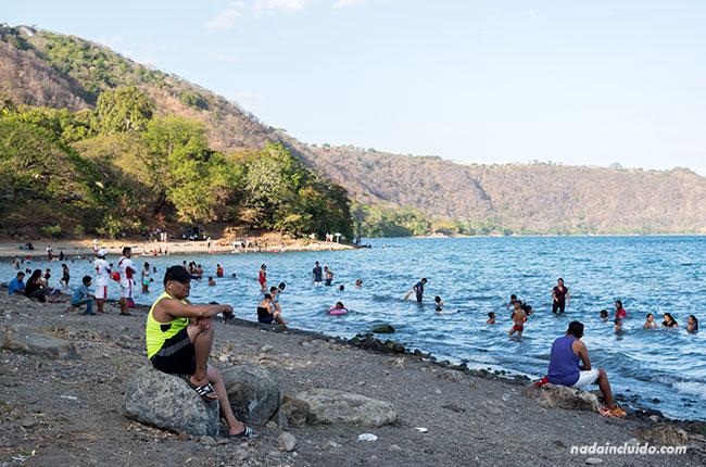 Bañándose en las orillas de la Laguna de Apoyo (Nicaragua)