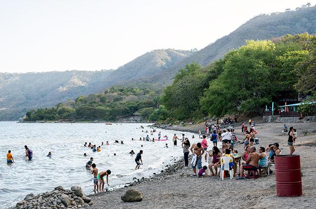 Bañistas en la Laguna de Apoyo (Nicaragua)