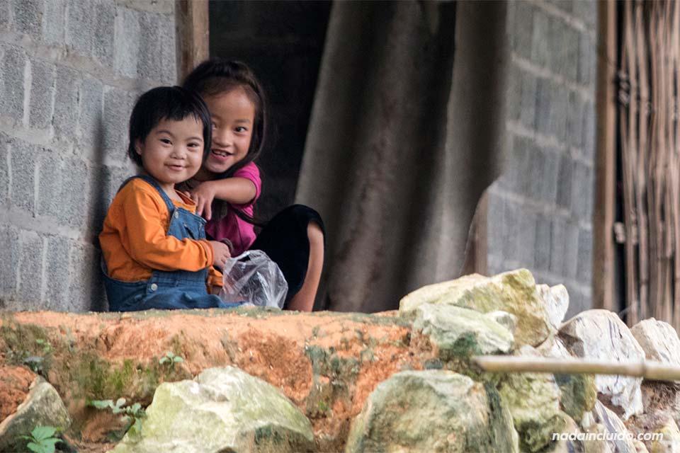 Niñas sonríen en el jardín de su casa en una aldea de la región de Sapa (Vietnam)
